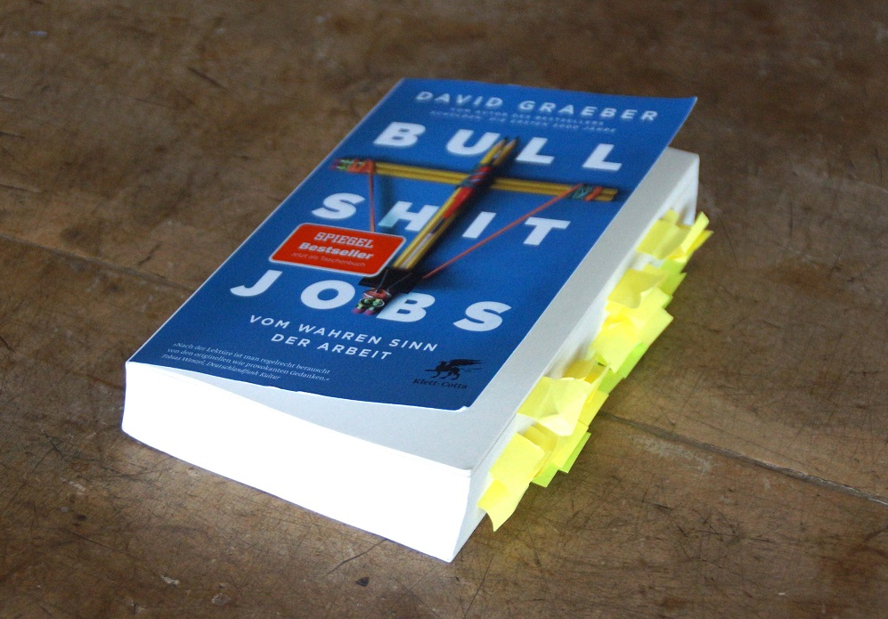 Bullshit Jobs von David Graeber mit Post-Its