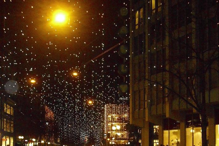 Zürich im November beleuchtet für die Adventszeit